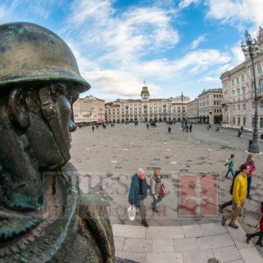 Piazza dalla statua