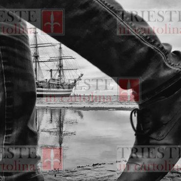 Un'immagine suggestiva della navescuola Amerigo Vespucci nel porto di Trieste