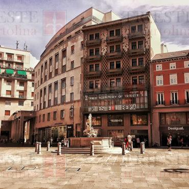 Una vista di Piazza della Borsa dal colonnato del palazzo della Borsa