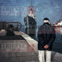 Una nostalgica immagine di un anziano che guarda il mare di Trieste, in una scena senza tempo