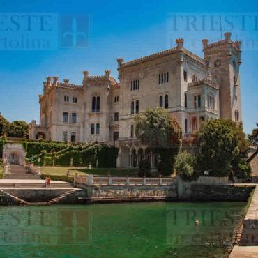 Un'immagine classica del Castello di Miramare, a Trieste.