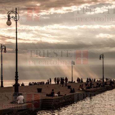 Alcuni raggi che filtrano sul molo Audace a Trieste