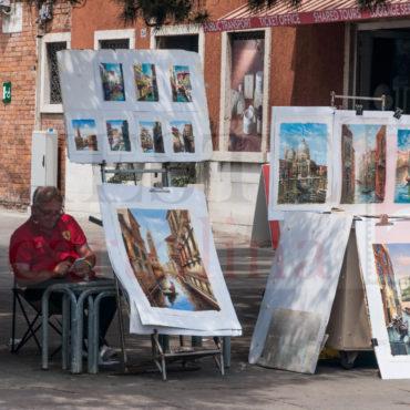 Un pittore espone i suoi quadri di Venezia per il pubblico
